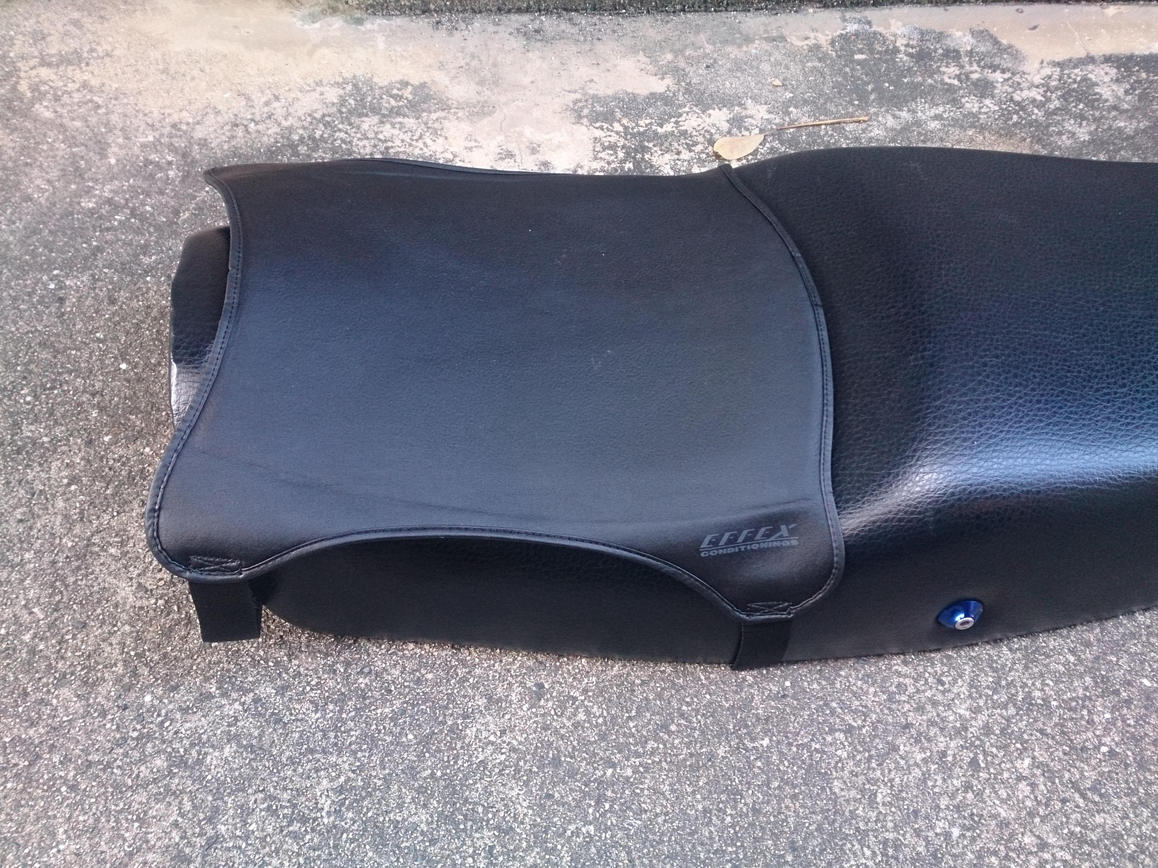 バイク用座布団ゲルザブのシート装着イメージ