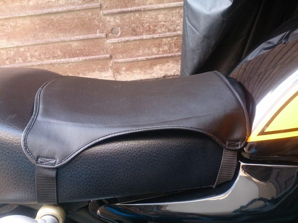 ゼファー750にバイク用座布団ゲルザブRをつけた装着イメージ
